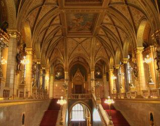 Como se puede apreciar en su escalera principal, el interior del edificio es impresionante.