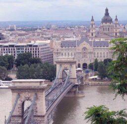 Magnífica visión del gran puente de las cadenas de Budapest.