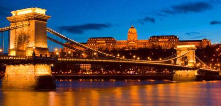 Otra gran instantánea de lo que es ver el puente por la noche, con el castillo de Buda al fondo.