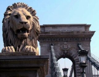 Detalle de un león que vemos en el puente de las cadenas.