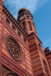 Otro punto de interés es la Sinagoga judía de la calle Dohany, que fue construida entre 1855 y 1859.