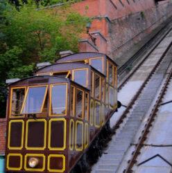 El curioso funicular que va hasta el Castillo de Buda es otro transporte que se usa en esta ciudad.
