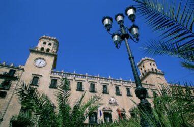 El Ayuntamiento de Alicante es una magnífica obra de arquitectura civil barroca.