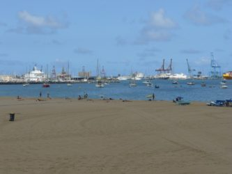 Junto a las Alcaravaneras siempre hay pequeñas embarcaciones fondeadas