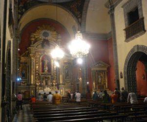 El templo en su interior dispuesto en una única nave y su retablo