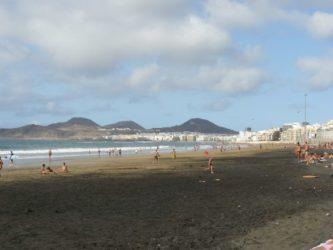 Bonita estampa de la playa de las Canteras donde se disfruta mucho