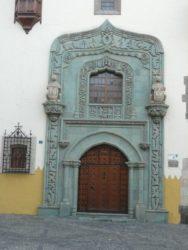 La bella puerta principal con sus adornos de piedra