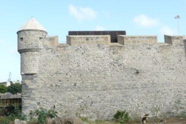 La torre de vigilancia del castillo y sus muros de sillería