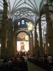 Su interior gótico con sus hermosas bóvedas y columnas