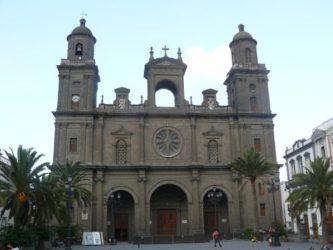 La imponente y bella fachada de la Catedral de Santa Ana