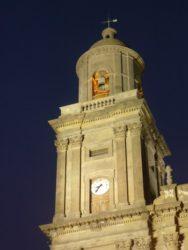 Vista nocturna de la torre del campanario y del reloj de la Catedral