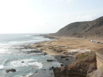 El Confital vista desde el camino que lleva hasta esta bonita playa