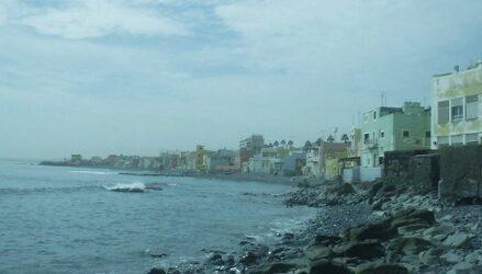 Vista de la playa de San Cristóbal con las casas cerca de ella