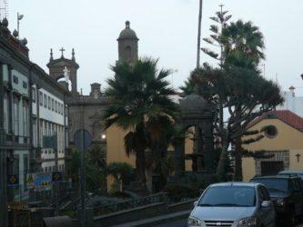 La plaza del Espiritu Santo con la ermita y la Catedral al fondo