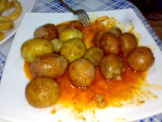 Las papas arrugas con mojo picón es uno de los platos típicos canario
