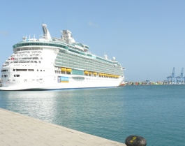 Además de en avión se puede llegar por mar, como este gran crucero