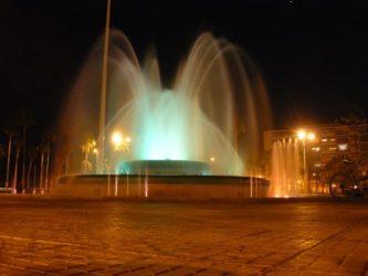 La fuente luminosa en plena actuación es fascinante es otro punto de interés en Las Palmas