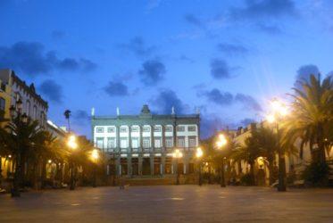 La plaza mayor de Santa Ana en Las Palmas vista de noche