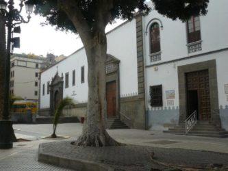 La iglesia vista desde la misma plaza con el campanario al fondo
