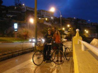 Dos jóvenes que se mueven en bicicleta por Las Palmas