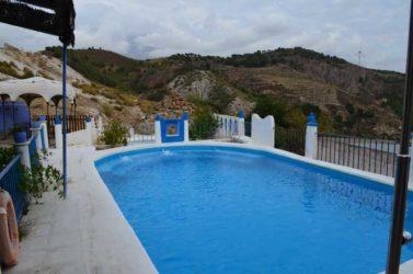 También dispone de piscina, dos grandes barbacoas para hacer tus comidas o cenas al aire libre, mesas y sillas y zona chill out
