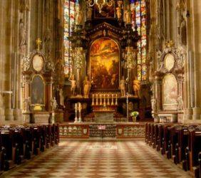 Su interior es también impresionante, como su ornamentado retablo del altar mayor.
