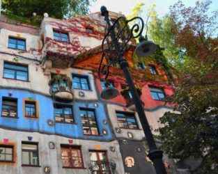 Imagen de las curiosas casas de Hundertwasserhaus, una llamativa zona residencial de Viena.